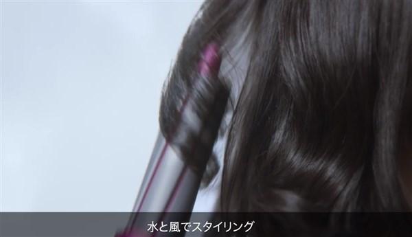 髪の毛を巻いている