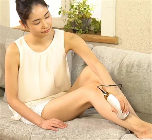 足にルミナスボーテを当てている女性